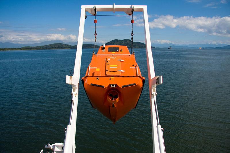Free fall lifeboat on Davit